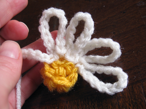 crochet daisy motif working petals